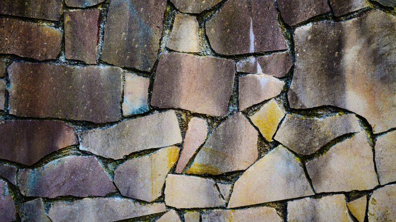 Epäsäännöllisen muotoisia kivilaattoja