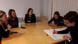 Pohjois-Pohjanmaan alueverkoston osallistujia yhteisen kehittämisen äärellä