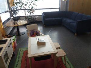 Sohva ja leikkipaikka